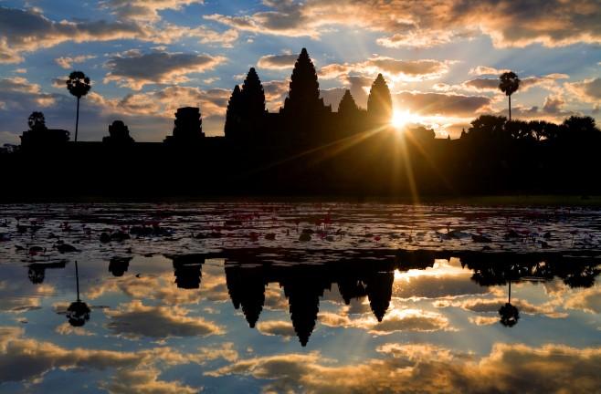 Angkor_wat_sun